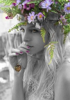 Por que mentias leviana e bela? Se minha face pálida sentias Queimada pela febre, e se minha vida Tu vias desmaiar, por que mentias? Acordei da ilusão, a sós morrendo Sinto na mocidade as agonias. Por tua causa desespero e morro... Leviana sem dó, por que mentias? Sabe Deus se te amei! sabem as noites Essa dor que alentei, que tu nutrias! Sabe esse pobre coração que treme Que a esperança perdeu por que mentias! Vê minha palidez - a febre lenta Esse fogo das pálpebras sombrias...