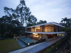 """La casa JKC1, progettata da ONG, si trova su una piccola altura a Bukit Timah (Singapore) ed è stata progettata seguendo i principi del feng shui circa l'equilibrio dei due elementi """"terra"""" e """"acqua""""."""
