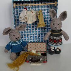 Two small bunnies are soon travelling to a new home! I'm not sure I'm ready to let them go.... Disse to er strikket i børstet alpakka fra Sandnes. Klær av restegarn. #littlecottonrabbits #strikkekanin #strikkeleketøy #strikkeleker #restegarnstrikk #restegarn #børstetalpakka #maoslille #knittedrabbits #knittedbunny #knittedrabbit #knittedanimal