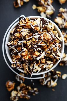 Sweet and salty crunchy caramel corn drizzled with white and dark chocolate! Fun Desserts, Delicious Desserts, Dessert Recipes, Yummy Food, Yummy Snacks, Party Popcorn Recipes, Popcorn Snacks, Pesto, Chocolate Drizzled Popcorn
