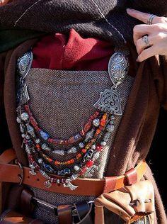 Come per molti aspetti della cultura materiale vichinga, la nostra conoscenza per quanto riguarda l'abbigliamento usato è molto frammentaria. La maggior parte di ciò che sappiamo dell'epoca...