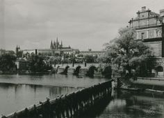 Karel Plicka působil v letech 1918 až 1919 jako učitel v Novém Městě nad Metují. Heart Of Europe, Old Photography, Vintage Images, Prague, Paris Skyline, Black And White, Travel, Outdoor, Lens
