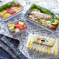 毎日のお弁当を安心安全なものにするには100均のお弁当グッズが欠かせません。これからの季節に最適なアイテムをまとめてご紹介します。 Finger Food Catering, Catering Food, Bakery Packaging, Food Packaging Design, Snack Boxes Healthy, Cafe Food, Aesthetic Food, Food Presentation, Food Design