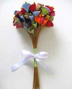 Que tal uma sala toda branquinha com detalhes coloridos como essas flores fotas num vaso?