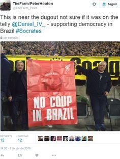 Torcedores do Liverpool protestam contra impeachment de Dilma Rousseff