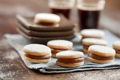 Alfajores de masa sablée - Maru Botana Pound Cake Recipes, My Recipes, Sweet Recipes, Dessert Recipes, Favorite Recipes, Bolacha Cookies, Home Made Cupcakes, Paraguay Food, Argentina Food