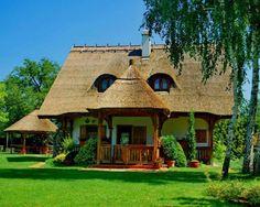 Casa cu lucarne acoperita cu paie