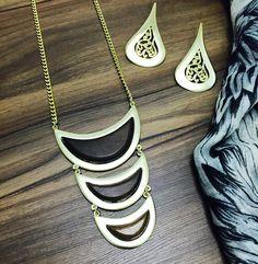 Colar dourado com detalhes em madeira, peça linda diferenciada, logo mais em nosso site. #bijoux #bijouxlike #fashion #moda #cool #colares #charme #verao #luxo #look #love #destaque #desejo #dourado #maxicolar #brincos #acessorios #complementos #hit #concept #festas #verao2016