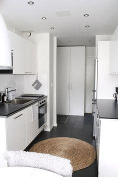 Encimera negra Small Room Interior, Condo Interior, Decor Interior Design, Kitchen Interior, Micro Kitchen, Kitchen Small, Kitchen White, Monochrome Interior, Condo Remodel