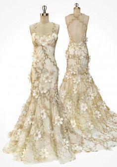Weddbook ♥ Chic Avorio abito sirena con viti d'oro e fiori avorio 3D sparsi su tulle e seta con schiena aperta.