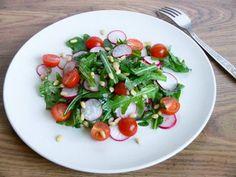 Постный салат из помидоров с редисом и рукколой