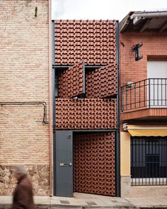 """Mi piace"": 3,939, commenti: 13 - designboom magazine (@designboom) su Instagram: ""'piedrabuena house' in #spain by @arqMUKA features a pivoting clay façade that molds the light that…"""