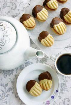 Křehoučké, jemné a chutné sušenky namočené do kvalitní čokolády. Můžete je slepit oblíbenou marmeládou, ale i bez lepení jsou vynikající. Christmas Sweets, Christmas Baking, Mini Desserts, Cookie Desserts, Italian Cookie Recipes, Czech Recipes, Galletas Cookies, Sweet Pastries, Sweets Cake