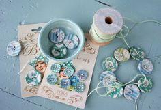 Button up – Tildas World Button Cards, Button Up, Craft Packaging, Vintage Sewing Notions, American Quilt, Book Quilt, Fabric Design, Decoupage, Blog