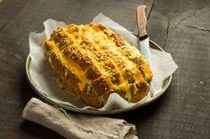 Doe de HEKS'NKAAS® in een kom, voeg de geraspte kaas toe en rasp de cheddar kaas erbij door. Meng dit met een lepel en vul de spuitzak. Verwarm de oven...