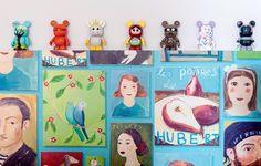 No painel do escritório, a arquiteta Andrea Murao usa toy art para completar a decoração já colorida