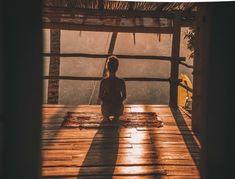 Ako sa oslobodiť od negatívnych myšlienkových pochodov? Tu je jednoduchý psychologický trik Basic Meditation, Meditation Retreat, Meditation Benefits, Meditation For Beginners, Yoga Benefits, Reading Benefits, Sauna Benefits, Guided Meditation, Yoga Images