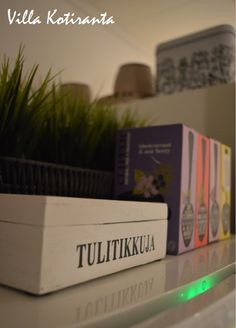 Nykyisen kotimme keittiö. Puinen tulitikkurasia. / The kichen of our current home. Wooden box for matches.