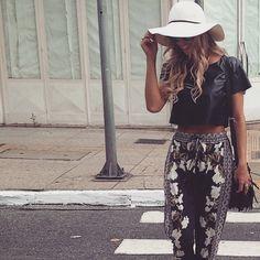 E tem coisa melhor do que se sentir linda com o look do dia? A blogger @manu_deschamps arrasa sempre nas escolhas e optou pela calça floral e cropped da nossa coleção Alto Inverno 15 para o clique de hoje!  #lplovers #lancaperfume #collection