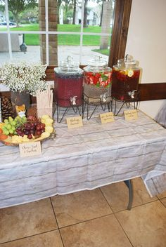 Cute forest baby shower ideas for any budget - Baby shower woodland - Baby shower ideas Distintivos Baby Shower, Fotos Baby Shower, Mesas Para Baby Shower, Budget Baby Shower, Baby Shower Drinks, Baby Shower Invitaciones, Shower Bebe, Baby Girl Shower Themes, Baby Shower Brunch