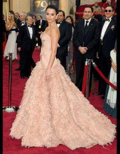Les plus belles robes des Oscars depuis 1952. Penélope Cruz en Versace, à la cérémonie des Oscars en 2007. http://www.elle.fr/People/Style/Trajectoire-mode/Les-plus-belles-robes-des-Oscars/Penelope-Cruz-en-Versace