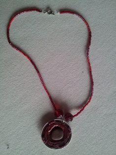 Gargantilla roja con piedra 4,99€