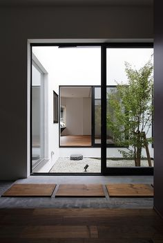 16 Minimal Courtyards with Just a Hint of Nature : Beautiful courtyard with pebbles for a natural flooring look Home, Interior And Exterior, Indoor Outdoor Living, Interior, Interior Architecture Design, Interior Garden, House Interior, Home Deco, Patio Interior