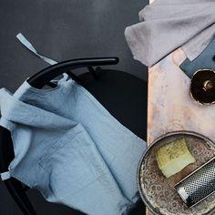 Für unsere Küchenschürze Simnas verarbeiten unsere Partner in Litauen natürliches Leinen in Leinwandbindung. Zwei Taschen auf der Front und der stonewashed Effekt verleihen der puristischen Schürze einen legeren Look für produktive Stunden in der Küche. Die Küchenschürze ist mittels Taillen- und Nackenbändern verstellbar.