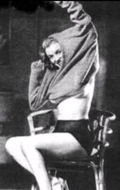 Marilyn Monroe (Earl Moran pin-up art based on a sitting with. Earl Moran, Young Marilyn Monroe, Marilyn Monroe Photos, Pin Up, Marlene Dietrich, Brigitte Bardot, Bruce Lee, Divas, Art Poses