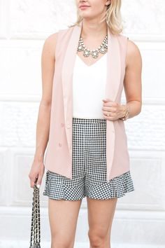 These ruffle gingham shorts are perfect for a casual daytime look or a dressed up date night outfit. The ruffled hem make them extra girly! Casual Skirt Outfits, Cardigan Outfits, Short Outfits, Cardigan Outfit Summer, Poncho Outfit, Short Rosado, Spring Summer Fashion, Spring Outfits, Peach Skirt