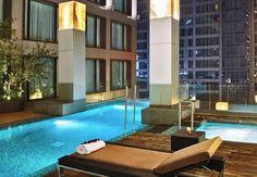 Situado en el distrito de negocios de Ciudad México, el JW Marriott Hotel Mexico City Santa Fe tiene todos los lujos necesarios para ayudarte relajar... como esta piscina.
