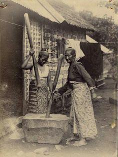 Twee vrouwen zijn bezig met het stampen van rijst te Tretes bij Malang. 1908