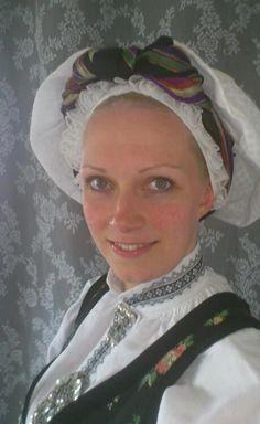 Bunad from Sogn, headpiece called konehue or Aurlandshue. Hodeplagg til Sognebunad. Folk Costume, Costumes, Medieval Dress, Traditional Dresses, Headpiece, Norway, Scandinavian, Vest, Clothing