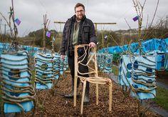 Preocupado com o desmatamento e com o meio ambiente de forma geral, o designer inglêsGavin Munro buscava formas de tornar móveis mais sustentáveis. Mas entre madeira de demolição, reuso e tantas outras opções já existentes, ele desenvolveu um projeto realmente genial: usando moldes plásticos, fez com que árvores crescessem na forma de cadeiras, mesas e luminárias. Com o projetoFull Grown, Munro tem nada menos que uma plantação de móveis em seu quintal e espera coletar cerca de 400 peças…