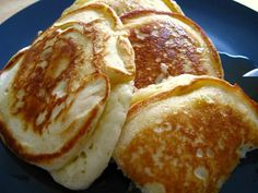 Banana pancakes - Last weekend we conducted a word association survey to decide which basic and necessary pancake recipe to run. As it turns out, just as many people want the best recipe for banana pancakes as they do Easy Banana Pancake Recipe, Banana Pancakes, Banana Recipes, Pancakes Easy, Breakfast And Brunch, Breakfast Recipes, Pancake Recipes, Good Food, Yummy Food