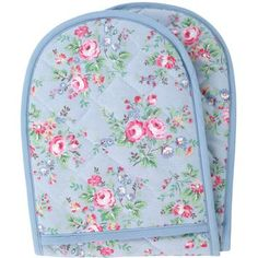 Why double oven gloves are not more widely available in the USA, I do not know.  They are standard in the UK and I love this one by Cath Kidston.