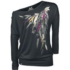 """Mira que corte la camiseta negra de manga larga """"Dreamcatcher"""" de Full Volume por EMP te aportará un estilo casual con su cintura ancha y su gran cuello redondo. El atrapa sueños delantero tiene plumas que llegan hasta la espalda. Se supone que los atrapa sueños alejan las pesadillas , así que solo los sueños felices te llegan. Se mezclan plumas moradas y amarillas."""