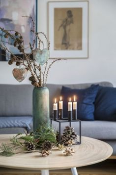 Lav fint pynt med kogler, grene og mos - tips og tricks | Kære hjem Blue Christmas Decor, Hygge Christmas, Christmas Candle, Christmas Angels, Christmas Home, Christmas Crafts, Christmas Ornaments, Holiday Decor, Scandinavian Holidays