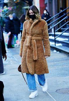 Hailey Baldwin y las zapatillas blancas que combina con todo tipo de pantalones