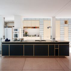Image 42 of 42 from gallery of Vila Ipojuca House / 23 SUL. Kitchen Interior, Kitchen Decor, Kitchen Design, Cute Small Houses, Modern Townhouse, Decorating Coffee Tables, Cuisines Design, Amazing Bathrooms, Scandinavian Style