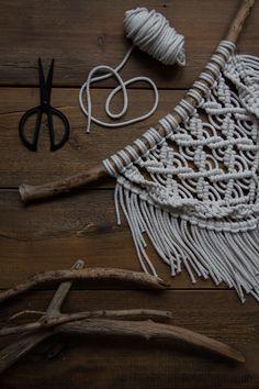 Kaarnan katveessa: Kuvalliset ohjeet: makramee seinävaate Macrame Art, Macrame Projects, Arts And Crafts Projects, Diy And Crafts, Crochet Storage, Macrame Tutorial, Handicraft, Weaving, Crafty