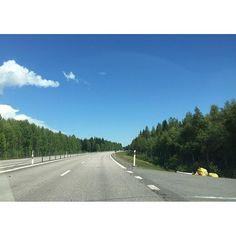 キャプション→北極圏内にあるサマーハウスに向け、ドライブ中。 Exit from Brexit... Heading to summer house in the arctic circle.  #sweden #arcticcircle #summer #drive #forest #nature #gaydads #gaypapa #lgbtfamily #ドライブ #スウェーデン #北欧 #子育て #サマーハウス #夏 #森 #北極圏 #ゲイパパ ユーザー→mittsuntyoldnlla 場所→