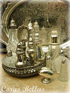 Bela coleção de objetos de prata.