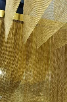for bar area Cascade Coil - Woven Wire Fabric Ceiling Detail, Ceiling Design, Wall Design, Architecture Details, Interior Architecture, Jüdisches Museum, Interior Design Awards, Lobby Interior, Divider Screen