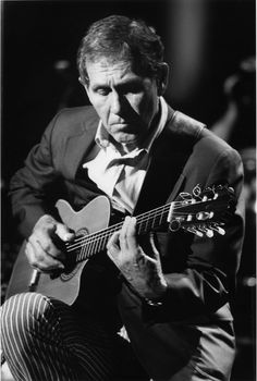 Chet Atkins C. I grew up listening to Chet Atkins, my father plays guitar just like him. Country Music Stars, Country Music Artists, Country Singers, Gospel Music, My Music, Play Guitar Chords, Jazz Guitar, Chet Atkins, Opus
