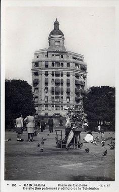 Plaza de Cataluña, Detalle (las Palomas) y Edificio de la Telefónica, Barcelona by jordipostales, via Flickr