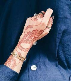 Henna Flower Designs, Modern Henna Designs, Arabic Henna Designs, Stylish Mehndi Designs, Mehndi Designs For Girls, Unique Mehndi Designs, Flower Henna, Wedding Mehndi Designs, Beautiful Mehndi Design