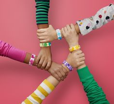Kreative Kinder werden von den LEGO® DOTS Freundschaftsarmbändern begeistert sein! 🧐  Diese Armbänder ermöglichen einfache und intuitive Designprojekte, die sie zusammen mit ihren Freunden eigenen Schmuck entwerfen und dann nach Herzenslust umgestalten lassen.  Euer obereder-Team  #Lego #LegoDots #Kreativität #Kinder #Spielen #obereder