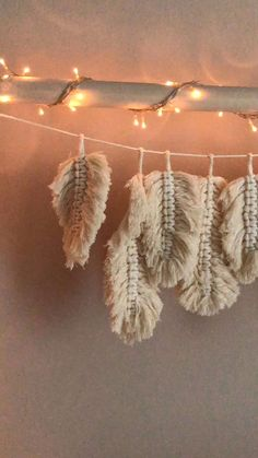 Makramee Federn selber machen im Boho Style Easy DIY with instructions: make macrame feathers garlan Macrame Wall Hanging Diy, Macrame Art, How To Do Macrame, Diy Crafts Hacks, Diy Home Crafts, Rope Crafts, Diy Projects, Upcycled Crafts, Creative Crafts