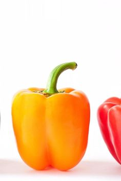 Here's the Real Difference Between Red, Yellow and Green Bell Peppers Ever wonder why a red bell pepper tastes so much different than a green one, or why it tends to costs so much more at the grocery store? Bell Pepper Colors, Green Bell Peppers, Stuffed Peppers Healthy, Stuffed Green Peppers, Yellow Pepper Recipes, Bell Pepper Benefits, Tasting Table, Red Green Yellow, Food Hacks